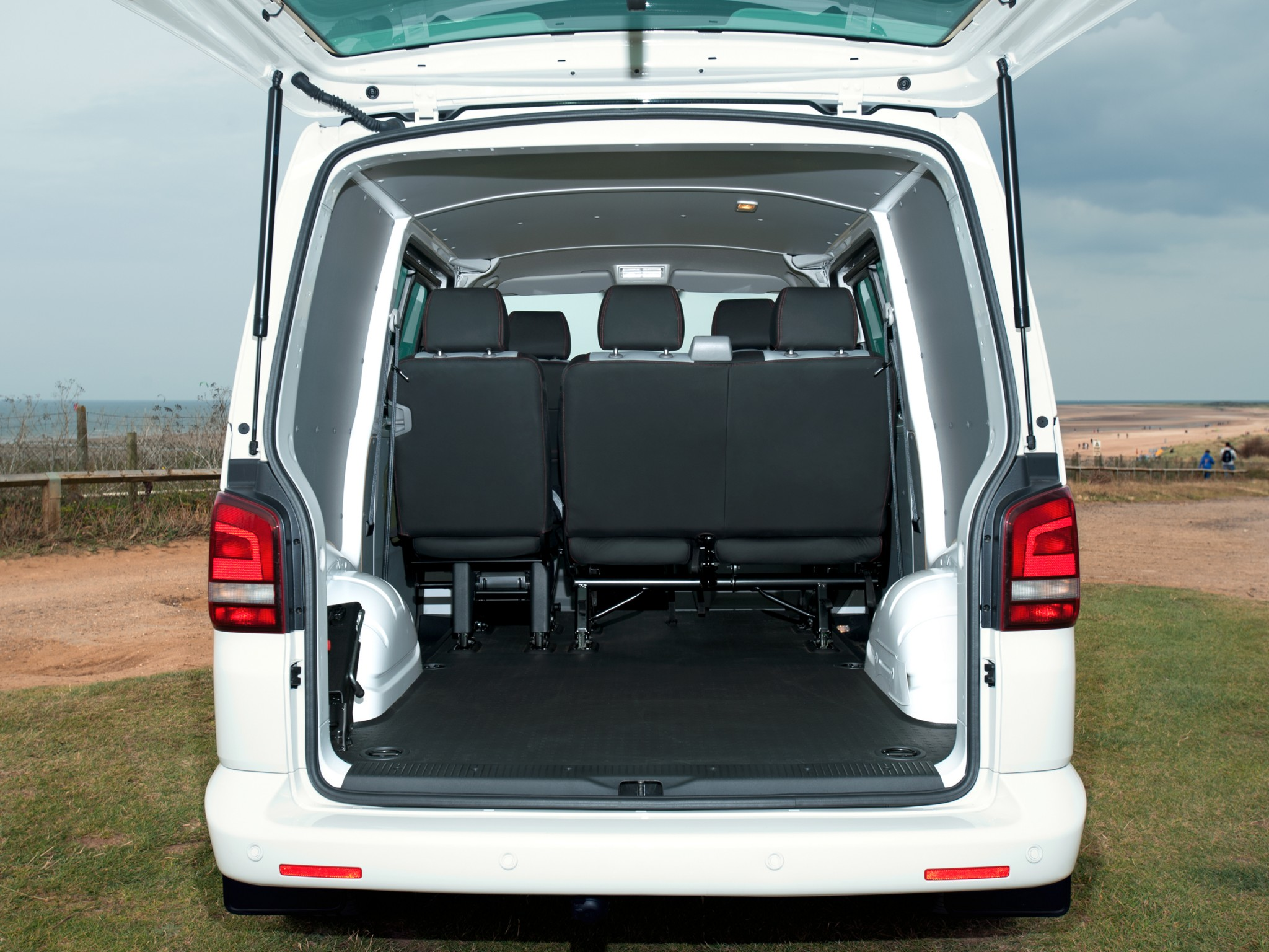 Volkswagen t5 transporter combi sportline uk 2011 for Interieur combi vw