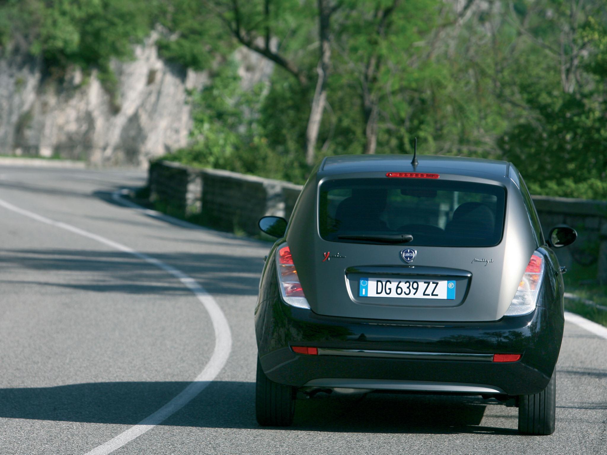 http://carinpicture.com/wp-content/uploads/2012/07/Lancia-Ypsilon-Sport-MOMO-Design-2007-Photo-08.jpg