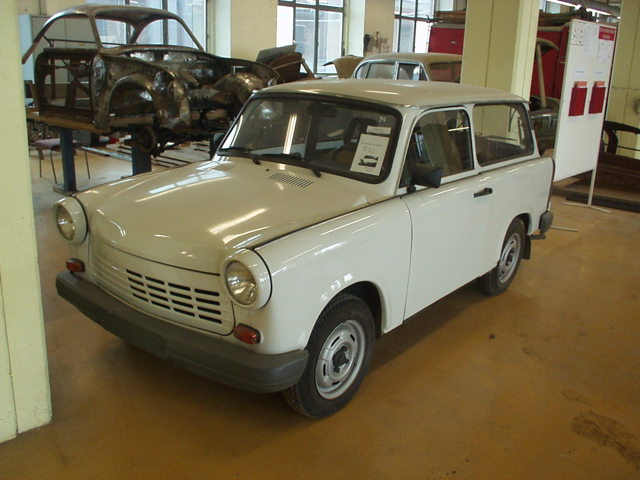 trabant 1 1 universal 1989 1991 trabant 1 1 universal 1989 1991 photo 03 car in pictures car. Black Bedroom Furniture Sets. Home Design Ideas